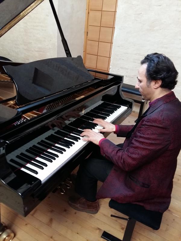 AZTesta au piano