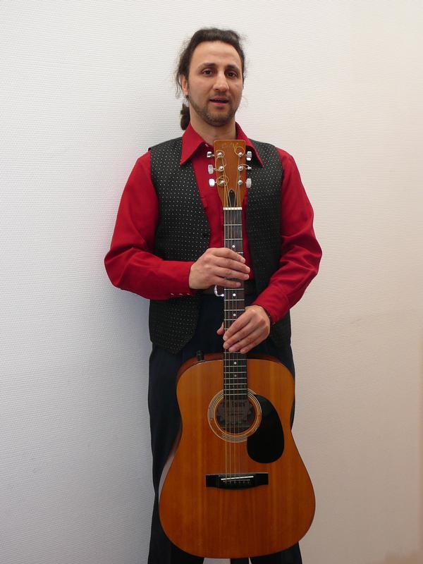 AZ Testa et sa guitare en bois